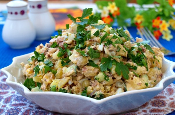 Салат из сайры консервированной с горошком