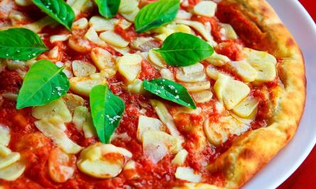 Пицца с базиликом и томатами