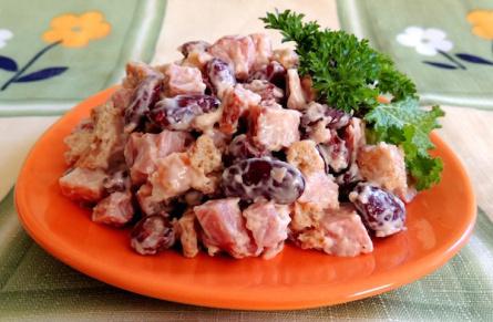 Сытный теплый салат с красной фасолью