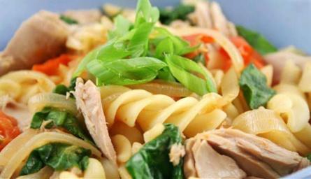 Итальянский салат с тунцом и фузили